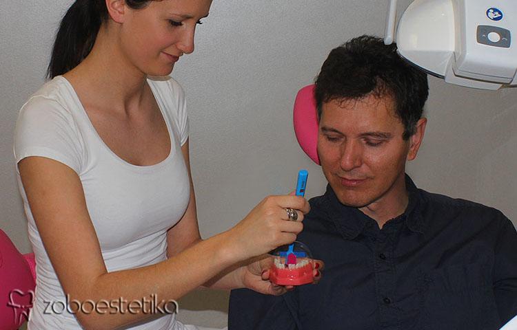 Ustni higienik | Pouk o ustni higieni | Demonstracija čiščenja zob z zobno ščetko