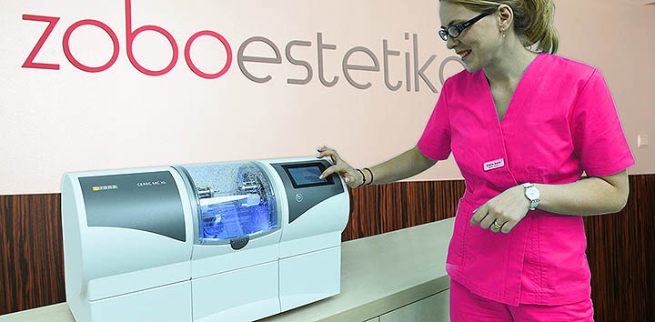 Zobna tehničarka upravlja CAD/CAM rezkalni stroj Sirona Cerec | Izdelava zobne protetike
